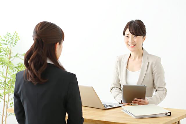 面接官と応募者が面接をする写真