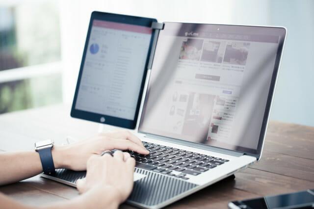 ノートパソコンのディスプレイの側面にタブレットを付属している写真