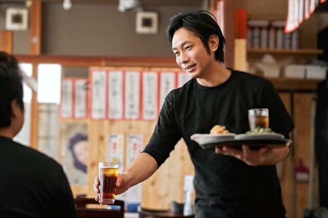 居酒屋で働く人の写真