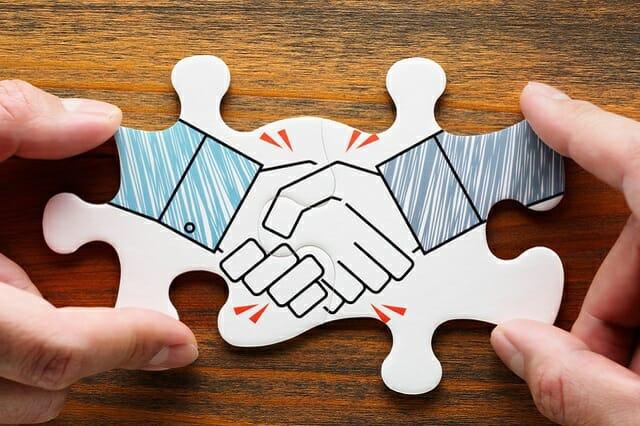 代理店と握手