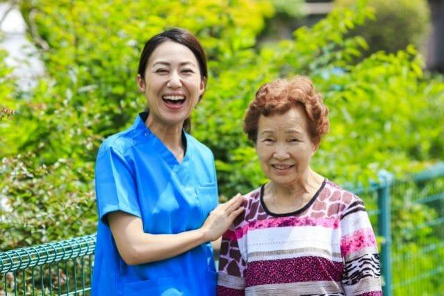 介護士とご婦人が笑っている写真