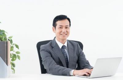 PC作業を行う男性の写真